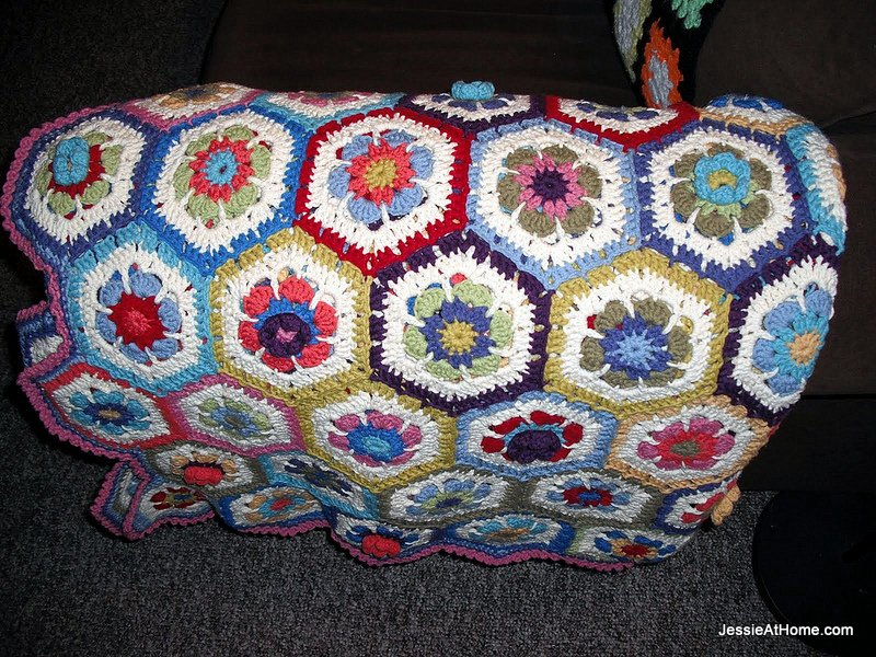hexagon-blanket-on-the-couch