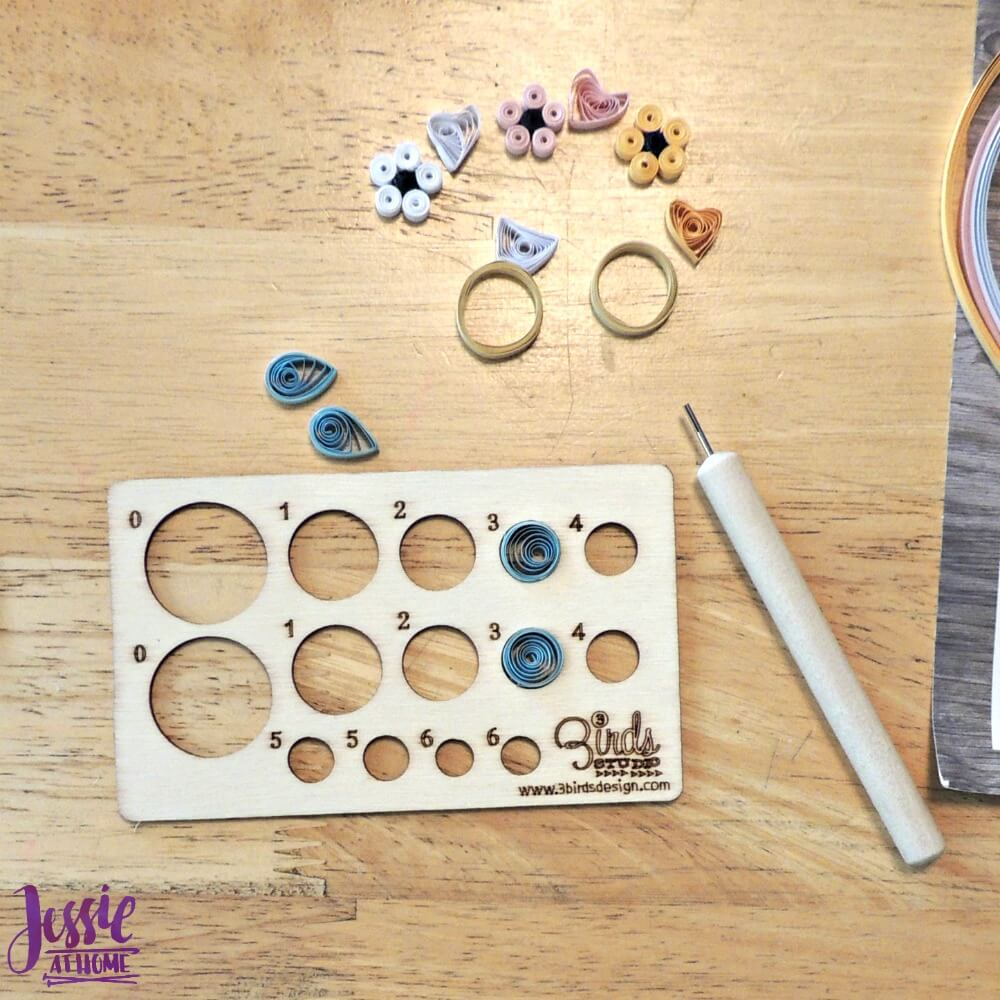 Quilling Kit making flowers